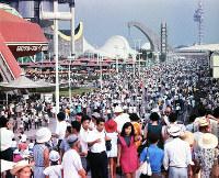 にぎわう万博会場=会場西口付近から1970年夏