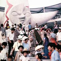 大勢の入場者で賑わう万国博会場=1970年夏