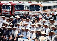 バスで訪れ記念撮影に納まる団体客=1970年夏
