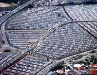 たくさんの車で埋まる南口駐車場 右手前はエキスポランド=1970年