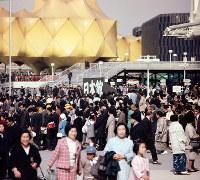 混雑する万国博会場=日本館前で1970年