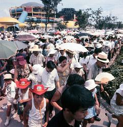 住友童話館前に並ぶ人たち=1970年夏