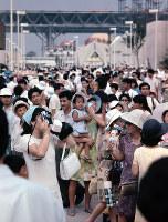 混み合う万国博会場=ブリティッシュ・コロンビア州館前で1970年夏