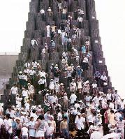 ブリティッシュコロンビア州の丸太に登る人たち=1970年