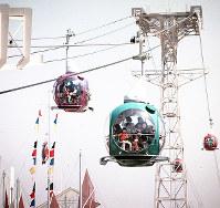七色の球形ゴンドラが会場の上を進む「レーンボー・ロープウェー」。会場西口と万国博ホール西側の870メートルを結んだ=1970年