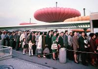 エキスポランドを回るミニレールに並ぶ人たち=1970年