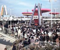にぎわう万国博会場=中央団体バス入口付近で1970年