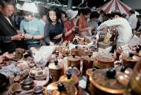 お祭り広場で行われた世界の市で海外の民芸品を買い求める人たち=1970年