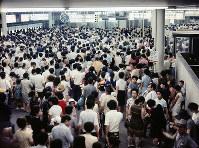 夜になって混雑する北大阪急行万国博会場中央口改札前=1970年