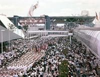 閉会式の後、会場内をお別れ行進する関係者=1970年9月13日