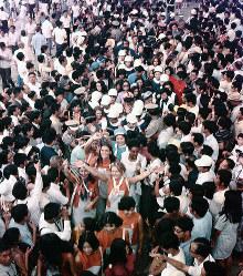 閉会式の後、入場者に手を振って会場内をお別れ行進する各パビリオンのホステスたち=1970年9月13日