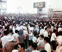 閉会式後、一般招待者で混雑するお祭り広場=1970年9月13日
