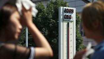 40度を超える気温を表示する多治見駅前の温度計=岐阜県多治見市で2018年7月18日午後2時50分、兵藤公治撮影