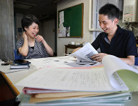 Kang Yuni (left) and Morinobu Yoshida meet in Tokyo's Shinjuku Ward to discuss the publication of halmoni's essays. (Mainichi)