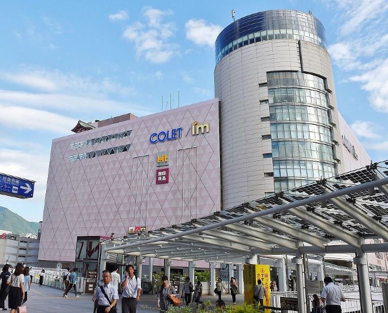 井筒屋が撤退を決めたJR小倉駅前の「コレット」=2018年7月31日、上入来尚撮影