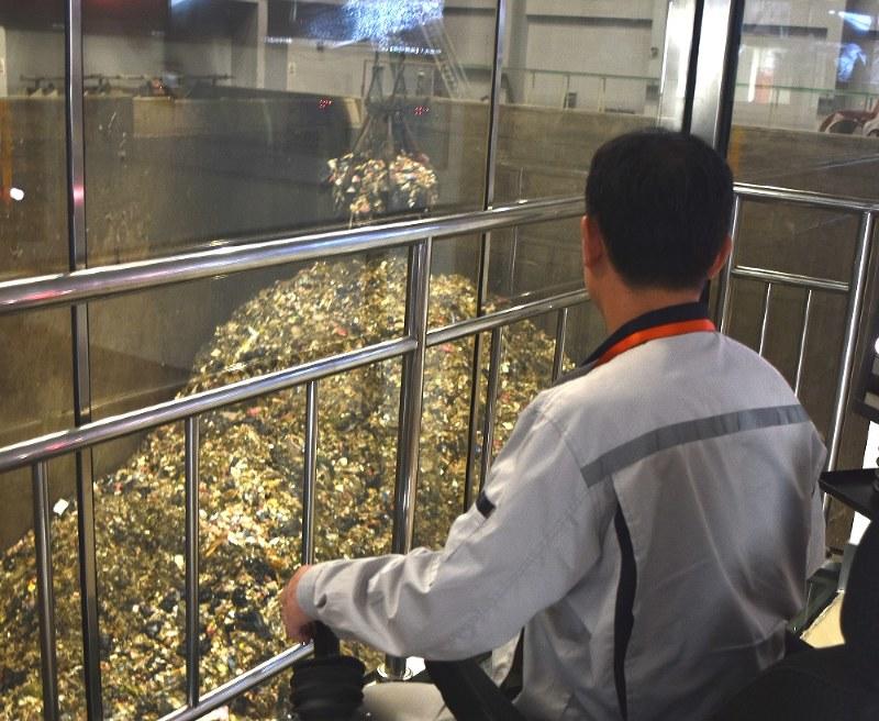 巨大クレーンを操るコントロールルーム。きれいな室内に異臭などはない=北京市朝陽区で2018年7月9日、赤間清広撮影