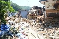 土石流によって破壊された民家=広島市安芸区で7月15日、石川将来撮影