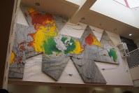 磯辺行久記念越後妻有清津倉庫美術館「SoKo」の展示から「海流資源図・ダイオキシンマップ」(2013年)。世界の気温・海水温の高低差を色で示している=永田晶子撮影