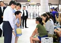 伊豆急下田駅に到着し、出迎えた人たちと言葉を交わす皇太子ご一家=静岡県下田市で2018年8月16日午後2時13分(代表撮影)