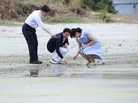 静養のため須崎御用邸を訪れ、三井浜で貝殻を拾われる皇太子ご夫妻と長女愛子さま=静岡県下田市で2018年8月16日午後2時52分(代表撮影)