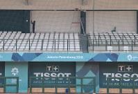 アジア大会の野球会場で白色だった壁を緑色に塗り直す作業員=ジャカルタで2018年8月12日、宮間俊樹撮影