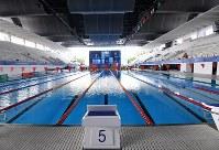 アジア大会に向けて準備が進む水泳競技の会場。屋根は設置されたが、一部外壁がなく風が入ってくるため競技への影響も心配される=ジャカルタで2018年8月12日、宮間俊樹撮影