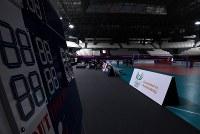 アジア大会に向けて準備が進む開会式会場近くのバレーボール会場。照明がまぶしすぎるとの指摘があり競技開始までに照明の調整工事が行われるという。また電光掲示板は見当たらず、写真左手前のボードで得点が表示される=ジャカルタで2018年8月12日、宮間俊樹撮影