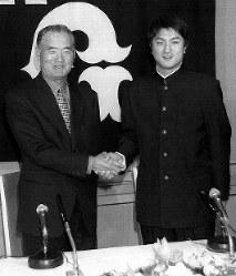 巨人と仮契約後、長島監督と握手をする慶大の高橋(右)=東京都内のホテルで1997年12月6日、米田堅持撮影