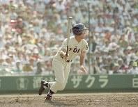 柳ヶ浦戦の4回表、右前安打を放った桐蔭学園の高橋由伸=兵庫県西宮市の甲子園球場で1991年8月15日撮影