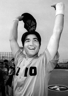 神宮球場でリーグタイの通算22号本塁打を放ち、観客の声援に応える慶大・高橋=1997年6月1日撮影