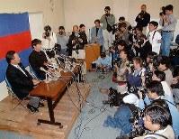 慶大・後藤監督とともに会見する高橋=1997年11月4日撮影