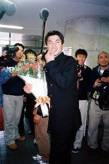 プロ野球ドラフト会議で巨人入団が決定したのを受け、花束を贈られて笑顔を見せる高橋選手=慶大日吉キャンパスで1997年11月21日撮影