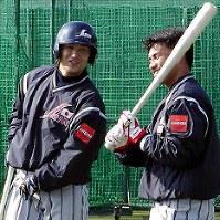 打撃練習の合間に談笑する高橋由伸(左・巨人)と井口資仁(ダイエー)=2001年撮影