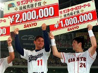 MVPを獲得したルーキー川上憲伸(中日・左)は高橋由伸(巨人)と顔を見合わせニッコリ=ナゴヤドームで1998年7月22日、片山喜久哉撮影