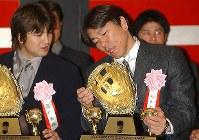 ゴールデングラブ授賞式でトロフィーを見ながら高橋由伸と話す松井(右)=2002年12月10日、須賀川理撮影