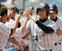 【日本6-1ギリシャ】七回表1死一塁、中越2ランを放ち出迎えられる高橋由伸(右から2人目)=2004年8月22日、尾籠章裕撮影