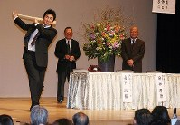 スイングを披露し、聴衆を沸かせるジャイアンツの高橋由伸選手=岐阜市橋本町の「じゅうろくプラザ」で、2007年12月15日撮影