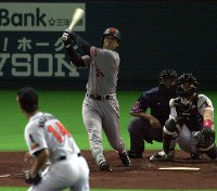 2000年日本シリーズ第5戦 二回表巨人無死、高橋由伸が中越えに先制ソロ=川田雅浩撮影