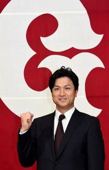 就任会見後、ポーズを取る巨人の高橋由伸新監督=東京都内のホテルで2015年10月26日、竹内幹撮影