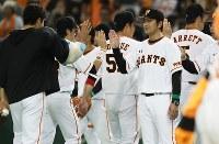 開幕戦に勝利し、笑顔で選手らを迎える巨人の高橋由伸監督=東京ドームで2016年3月25日、山本晋撮影