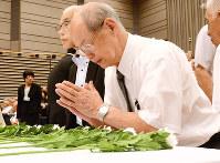 献花して戦没者の冥福を祈る遺族ら参列者=富山市新総曲輪の県民会館で、鶴見泰寿撮影