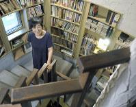 自宅の階段に立つドイツ文学者の池田香代子さん=東京都杉並区で2018年8月8日、手塚耕一郎撮影