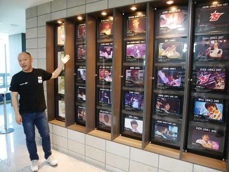 韓国のeスポーツの歴史を説明するOGNのイム・テジュさん=韓国・ソウルで2018年6月1日、兵頭和行撮影