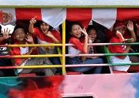 インドネシアの独立記念日を祝福しながら市中心部をバスで走る人たち=ジャカルタで2018年8月17日、宮間俊樹撮影