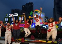 市中心部に設置されたアジア大会開幕までのカウントダウンボード前で笑顔の人たち=ジャカルタで2018年8月17日、宮間俊樹撮影