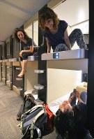 富士スバルライン5合目で、2014年にリニューアルオープンしたカプセルホテル型宿泊施設「ロッジ・フジヤマ」。宿泊者の半数近くが外国人だという=山梨県鳴沢村で2018年7月14日、手塚耕一郎撮影