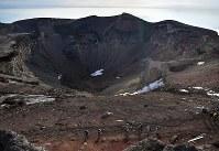富士山剣ケ峰(標高3776メートル)から眺めた噴火口=2018年7月16日、手塚耕一郎撮影