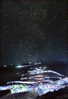 登山シーズンを迎えた富士山。午前2時、ご来光を山頂で眺めようと夜間登山する登山者の行列が続く。空には天の川も見えていたが、多くの登山者にはゆっくり星空を眺める余裕はなさそうだった=吉田口8合5尺で2018年7月16日、手塚耕一郎撮影