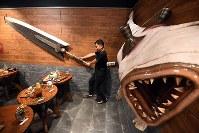 「モンスターハンター」の世界観をモチーフにした店内=大阪市天王寺区で2018年8月17日午後1時43分、小松雄介撮影