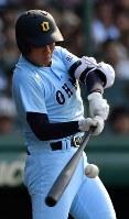 【常葉大菊川―近江】一回裏近江2死一塁、北村が右中間適時二塁打を放つ=阪神甲子園球場で2018年8月17日、渡部直樹撮影